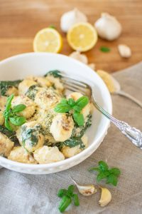 Recipe for vegan Gnocchi with creamy lemon spinach sauce. This vegan dish made of small potato dumplings is quick and easy to make and so delicious! #onepanmeal #gnocchi #dinnerrecipes #vegetarianrecipes #cookings