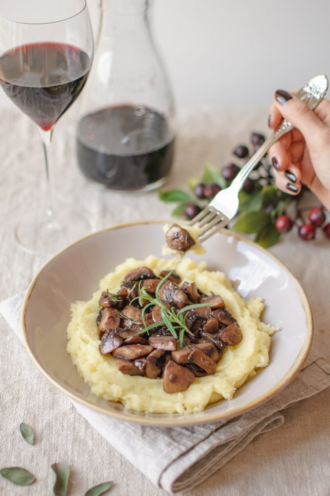 One of my favorite vegan recipes is homemade creamy mashed potatoes with a champignon red wine sauce. It's an easy recipe and very delicious! #mashedpotatoes #homemade #autumnrecipes #healthyrecipes #vegandinnerinspiration #veganrecipes