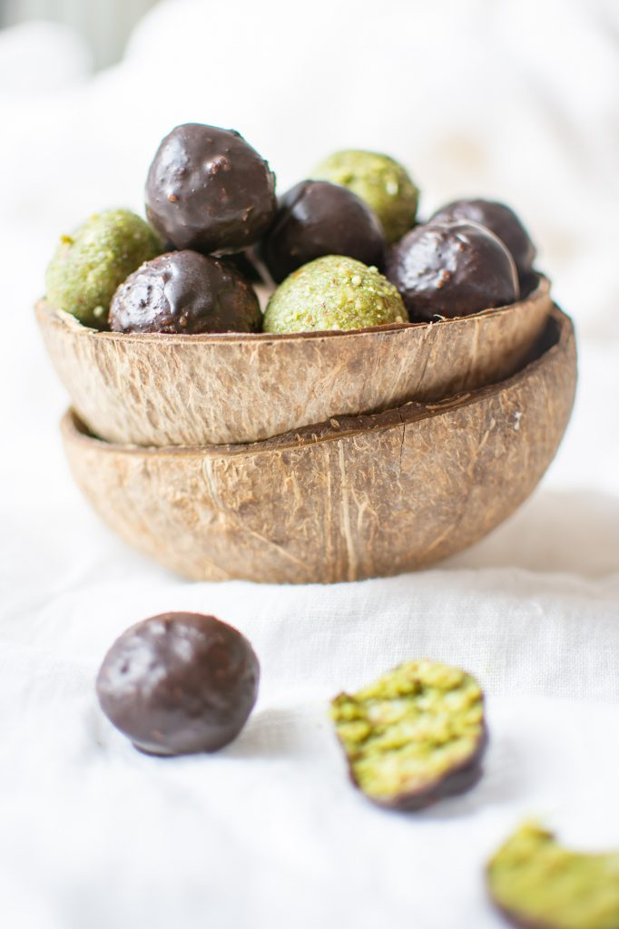 Looking for a vegan snack, that gives you power throughout the day? Then those vegan Matcha Energy Balls with coconut, almond and chocolate are your answer. #glutenfree #nobake #powerballs #veganhealthysnack #healthy #healthyrecipes #healthyfood #healthyeating #snacks #energybites #easyvegansweets