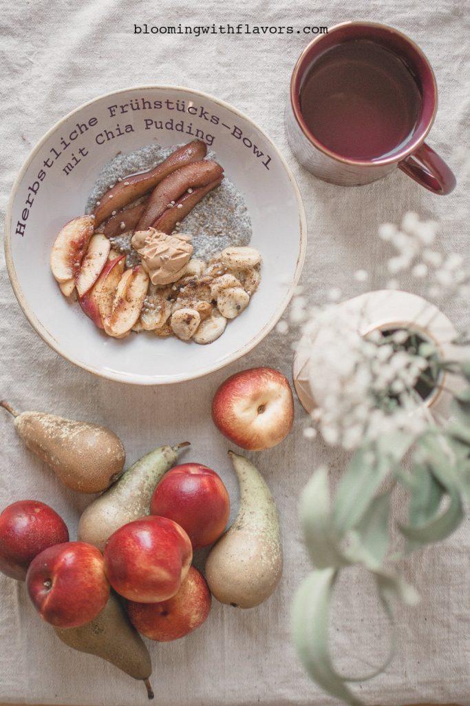 Bring etwas Abwechslung zu deinem Frühstück mit dieser gesunden Chia-Frühstücks-Bowl mit gebratenen Zimtbananen, warmen Nektarinen und Rotweinbirnen.