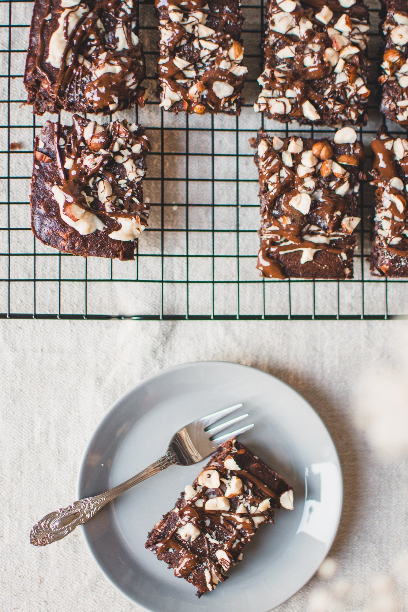 Einfaches Brownie-Rezept für selbstgemachte Brownies mit Haselnuss, Erdnussbutter und Schokolade. Dieses Rezept enthält kein Ei oder andere tierische Produkte und ist einfach zuzubereiten. Diese saftigen Brownies sind eine Wohltat für die Seele. #Schokolade #Einfachrezepte #Veganerinnenrezepte #Backen #Rezept #Brownies #HeimatBrownies