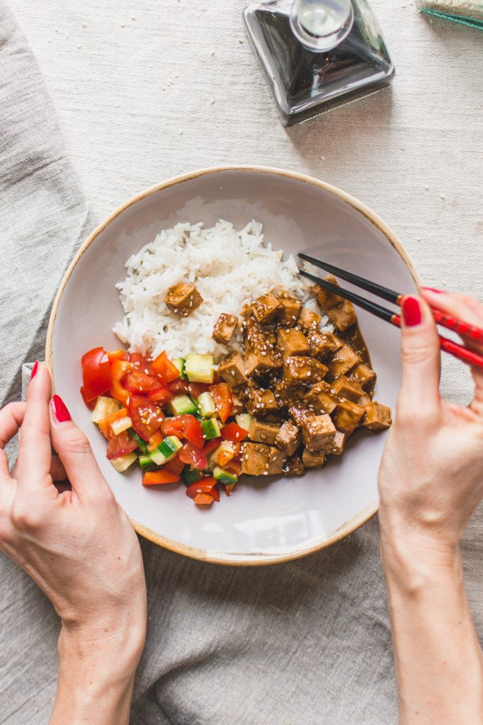 This bowl with teriyaki tofu and rice is a perfect dinner recipe. Marinating the tofu in a homemade teriyaki sauce brings out the full flavor. #teriyaki #ricebowl #veganrecipe #vegandinnerideas