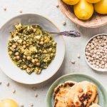 Veganer Kichererbsen-Spinat-Eintopf Dieser Kichererbsen-Spinat-Eintopf wird in nur 30 Minuten in einer Pfanne zubereitet und enthält nur gesunde Zutaten wie Kichererbsen, Kurkuma, Zitrone und Spinat.