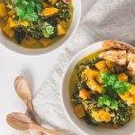 Veganes Kürbis Grünkohl Curry - Dieses vegane Kürbis-Grünkohl-Curry ist gesund, lecker und genau das richtige Essen für trübe, kalte Tage. Zudem lässt es sich schnell zuzubereiten und ist sehr einfach. Perfekt zum Mittag oder Abendessen! #veganerezept #veganescurry #kürbisgerichte #winterküche #grünkohl