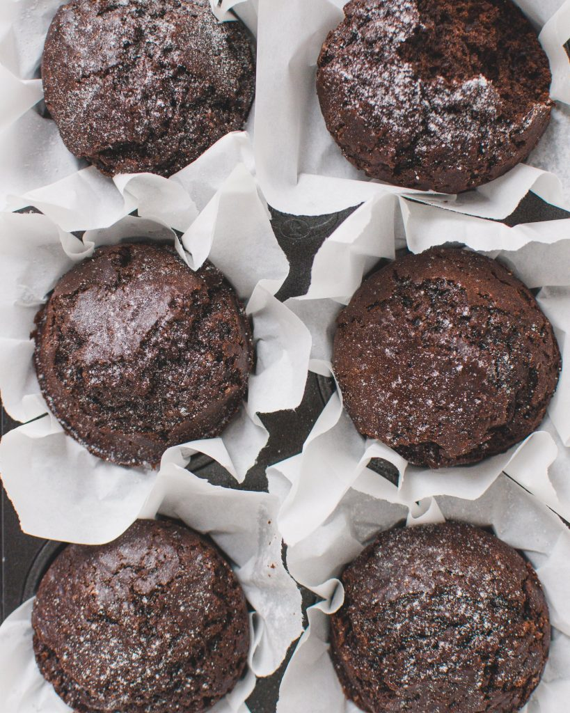 Vegan chocolate muffins with just a few ingredients - easily prepared in just 30 minutes. This wonderfully moist chocolate dessert is vegan and incredibly delicious! Perfect for guests or just like that. #chocolatemuffins #veganbaking #veganrecipes #veganmuffins