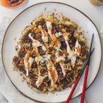 Dieses vegane Okonomiyaki-Rezept ist einfach zuzubereiten und super lecker! Du wirst den japanischen herzhaften Pfannkuchen mit Kohl zum Mittag- und Abendessen oder zum Meal Prep lieben! | #veganeokonomiyaki #okonomiyaki #kohl #veganerezepte #pancake #cabbagepancake #japanischesessen #bloomingwithflavors