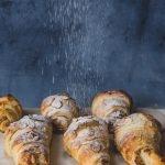 Schnell, einfach & lecker: Diese veganen Mandel Croissants mit Blätterteig und cremiger Mandelfüllung sind super lecker und perfekt zum Frühstück, Brunch oder Sonntagskaffee. #vegan #vegancroissant #einfachvegan #brunchidee #veganbrunch