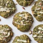 Die besten Veganen Matcha Cookies mit weißer Schokolade und gerösteten Haselnüssen. Diese milchfreien, eifreien Kekse sind weich, zäh und super lecker!