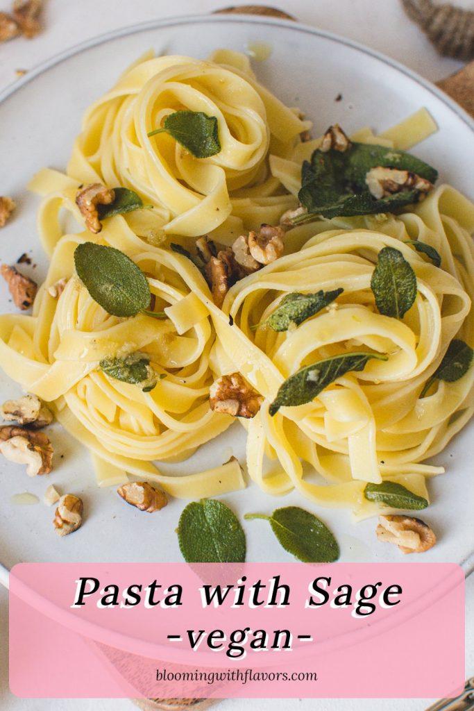 Vegane Knoblauch-Salbei-Nudeln mit Walnüssen | Dieses einfache Nudelrezept besteht aus Salbeibutter, Knoblauch und gerösteten Walnüssen. Das perfekte fleischlose Komfortessen. #italianrecipes, #vegetarianpasta #pasta #sagerecipe #veganpasta #meatless