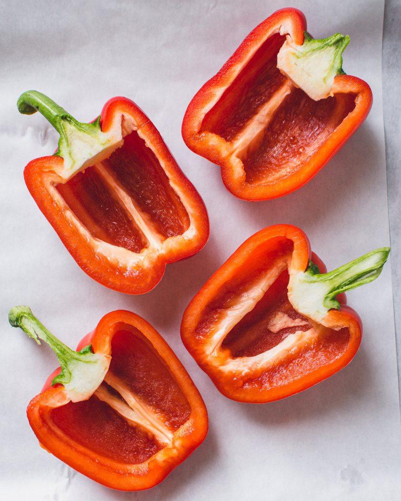 Vegane gefüllte Paprika mit Risoni, Mais und Frühlingszwiebeln