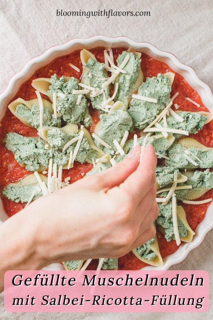 Gefüllte Muschelnudeln mit cremiger Salbei-Ricotta-Füllung und Tomatensoße.