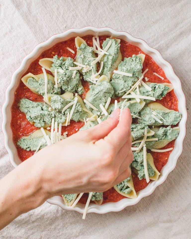 5) Muschelnudeln füllen und nebeneinander in die From geben. Mit Käse bestreuen.